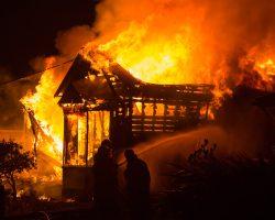 Et hus som brenner ned